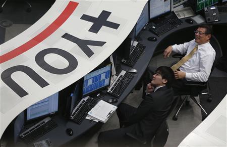 Tokyo Stock Exchange (TSE) employees smile at the bourse at the Tokyo Stock Exchange in Tokyo February 6, 2013. REUTERS/Toru Hanai