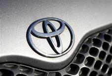 Логотип Toyota на автомобиле в дилерском центре компании в Брюсселе 10 октября 2012 года. рупнейший в мире автопроизводитель Toyota Motor Corp сообщил во вторник о планах своего первого сборочного производства в Центральной Азии, в ее ведущей экономике Казахстане. REUTERS/Francois Lenoir