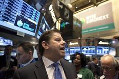 Трейдеры на торгах фондовой биржи в Нью-Йорке 20 декабря 2012 года. Американские фондовые рынки слегка выросли во вторник, а индекс Dow Jones приблизился к историческому максимуму в ожидании речи президента Барака Обамы о положении в стране. REUTERS/Andrew Kelly