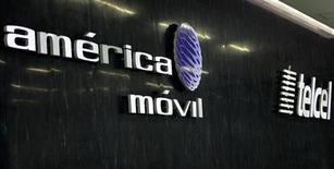 El gigante mexicano de las telecomunicaciones América Móvil, del magnate Carlos Slim, anunció el martes una caída inesperada del 8,2 por ciento en sus ganancias del cuarto trimestre, ante un retroceso de los ingresos por la depreciación de monedas foráneas contra el peso mexicano. En la imagen, el logo de América Móvil y su marca comercial Telcel en la sede de la compañía en México, el 8 de febrero de 2011. REUTERS/Henry Romero