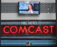 El operador de cable Comcast dijo el martes que le comprará a General Electric el 49 por ciento que no posee del grupo de medios NBCUniversal por unos 16.700 millones de dólares (alrededor de 12.400 millones de euros), acelerando un acuerdo que no se esperaba hasta finales de 2014. En la imagen, de archivo, el logo de Comcast. REUTERS/Chip East/Files