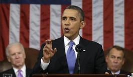 """Президент США Барак Обама вытупает с речью в Конгрессе США в Вашингтоне 12 февраля 2013 года. Президент США Барак Обама во вторник потребовал у расколотого Конгресса повысить минимальную зарплату и заставить правительство работать """"для многих"""", произнося речь о состоянии государства. REUTERS/Charles Dharapak/Pool"""