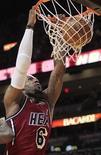 LeBron James batió el martes un nuevo récord anotador convirtiéndose en el primer jugador de la NBA en marcar 30 puntos o más, con un 60 por ciento de acierto, en seis partidos consecutivos. En la imagen, de 12 de febrero, LeBron James de los Heat remate un balón en un partido contra los Trail Blazers de Portland. REUTERS/Andrew Innerarity