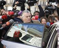 El Partido Popular dijo el miércoles que pagó mensualmente hasta diciembre de 2012 una indemnización fragmentada a su ex tesorero y gerente Luis Bárcenas, imputado por corrupción, pero que éste estaba desvinculado de la formación desde 2010. En la imagen, Bárcenas rodeado por periodistas mientras sube en un taxi tras declarar en la Fiscalía Anticorrupción en Madrid, el 6 de febrero de 2013. REUTERS/Paul Hanna