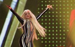La estrella del pop Lady Gaga dijo el martes que estaba sufriendo una grave inflamación en las articulaciones que le impedía temporalmente caminar, obligándola a retrasar varios de los próximos conciertos de su gira mundial en América del Norte. En la imagen, de 15 de diciembre, Lady Gaga actúa en un concierto de los Rolling Stones con motivo de su 50 aniversario en Newark, Nueva Jersey. REUTERS/Carlo Allegri