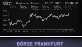 Las bolsas europeas abrieron con ligero descenso el miércoles y cerca del techo de su banda de seis días, ante la caída del 4 por ciento de Societé Générale después de que el banco anunciara una pérdida trimestral superior a la prevista. En la imagen, un panel con la cotización en la Bolsa de Fráncfort el 12 de febrero de 2013, el 12 de febrero de 2013. REUTERS/Remote/Janine Eggert