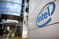 Логотип Intel у офиса компании в Тель-Авиве 24 октября 2011 года. Крупнейший в мире производитель чипов Intel Corp планирует запустить онлайн-телеканал в 2013 году, пытаясь диверсифицировать бизнес, страдающий от падения спроса на традиционные персональные компьютеры. REUTERS/Nir Elias