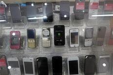 Les ventes mondiales de téléphones portables ont baissé de 1,7% l'an passé, le premier recul depuis 2009. Si les ventes de smartphones ont continué d'augmenter, les consommateurs ont délaissé les combinés les moins sophistiqués. /Photo d'archives/REUTERS/Kham