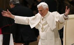 El papa Benedicto XVI, en sus primeras declaraciones públicas tras anunciar que se convertiría en el primer pontífice en siglos que renuncia al cargo, dijo el miércoles que estaba seguro de que Dios y la fe mantendrían a la Iglesia católica pese a las dificultades. En la imagen, el Papa saluda a los fieles en el Vaticano el 13 de febrero de 2013. REUTERS/Stefano Rellandini