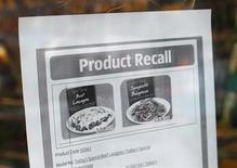 Las empresas que se especializan en analizar los ingredientes alimentarios están situadas en primera línea para beneficiarse de un escrutinio mayor de los productos cárnicos a raíz del escándalo de carne de caballo que se ha extendido por Europa desde inicios de año. En la imagen, un aviso sobre la retirada de un producto congelado por contener trazas de carne de caballo en un supermercado Aldi en el noreste de Londres, el 9 de febrero de 2013. REUTERS/Suzanne Plunkett