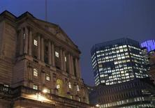 Вид на здание Банка Англии в Лондоне 26 ноября 2012 года. Инфляция в Великобритании не вернется к ориентиру ранее 2016 года, сообщил в среду Банк Англии, добавив, что он все еще готов к новой скупке облигаций для поддержки экономики. REUTERS/Olivia Harris