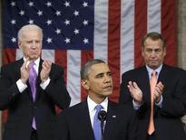 """Presidente norte-americano, Barack Obama (C), é visto entre o porta-voz da Casa Branca, Boehner (D), e o vice-presidente, Joe Biden (E), durante discurso em Washington. Obama desafiou na terça-feira um dividido Congresso a elevar o salário mínimo e fazer o governo trabalhar """"para muitos"""", em um discurso do Estado da União que teve como foco a justiça econômica para a classe média, num momento em que o democrata busca dar um viés mais assertivo ao seu segundo mandato. 12/02/2013 REUTERS/Charles Dharapak/Pool"""