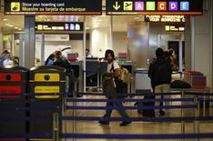 Los aeropuertos españoles registraron un nuevo descenso de operaciones y pasajeros a principios de año, según datos publicados el miércoles por el gestor público aeroportuario Aena. En la imagen de archivo, varias personas pasan el control de seguridad en el aeropuerto de Barajas, el 23 de octubre de 2012. REUTERS/Juan Medina