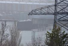 Une partie d'un bâtiment annexe au réacteur nucléaire n°4 de Tchernobyl, accidenté en 1986, s'est effondrée, ont rapporté les autorités ukrainiennes mercredi, précisant qu'il n'y avait aucun blessé et que le niveau des radiations n'avait pas augmenté. Environ 80 salariés d'un consortium formé par Vinci et Bouygues ont été évacués par précaution du site de Tchernobyl. /Photo prise le 13 février 2013/REUTERS