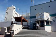 La misteriosa muerte de un preso australiano en Israel ha llamado la atención sobre un sistema de censura militar que cada vez lo tiene más difícil para controlar información secreta que a menudo sólo está a un clic en Internet. En la imagen, un guarda de prisiones israelí ante la prisión de Ayalon, en Ramle, cerca de Tel Aviv, el 13 de febrero de 2013. REUTERS/Nir Elias