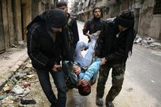 Las fuerzas del presidente sirio, Bashar el Asad, bombardearon el miércoles el sureste de Damasco con artillería y ataques aéreos, en un intento por desalojar a los combatientes rebeldes que aseguraron una posición en la capital, dijeron activistas. En la imagen del 12 de febrero, unos combatientes del Ejército Libre de Siria llevan a un camarada herido en los combates con tropas gubernamentales en el distrito de Salaheddine, en la ciudad de Alepo. REUTERS/Aref Hretani
