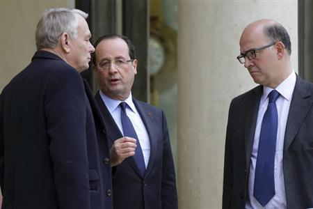 French President Francois Hollande (C) speaks with Prime Minister Jean-Marc Ayrault (L) and Economy and Finance Minister Pierre Moscovici, January 4, 2013. REUTERS/Philippe Wojazer