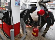 Homem enche galão com gasolina em um posto no bairro de Queens, em Nova York. Os crescentes preços da gasolina estão apertando ainda mais as finanças dos consumidores norte-americanos, já pressionados por maiores impostos que devem restringir o crescimento econômico do país no primeiro trimestre. 08/02/2013 REUTERS/Shannon Stapleton
