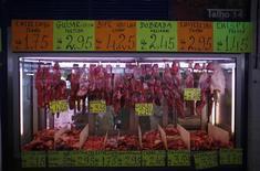 El comisario de Asuntos Sanitarios y del Consumidor de la UE, Tonio Borg, dijo que había habido productos cárnicos etiquetados fraudulenta o negligentemente y que todos los países que los habían manejado estaban bajo sospecha. En la imagen, varias piezas de carne etiquetadas en un mercado de Lisboa el 12 de febrero de 2013. REUTERS/Rafael Marchante
