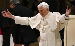 O papa Bento 16 abre seus braços ao chegar a sua audiência semanal no salão Paulo 6, no Vaticano. 13/02/2013 REUTERS/Stefano Rellandini