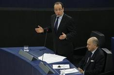 Francia probablemente incumplirá su meta de déficit público para este año, dijo el ministro de Asuntos Exteriores, Laurent Fabius, convirtiéndose el primer miembro del Gabinete en reconocer que las dudas sobre el cumplimiento del objetivo son válidas. Imagen de Fabius (dcha.) junto al presidente francés, François Hollande, en un debate en el Parlamento Europeo en Estrasburgo el 5 de febrero. REUTERS/Christian Hartmann