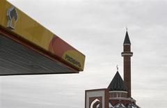 """La compagnie pétrolière russe Rosneft a démenti mercredi avoir ouvert des négociations portant sur un accord """"prêt contre pétrole"""" avec CNPC, son homologue chinoise. Quatre sources proches du dossier avaient dit à Reuters que Rosneft cherchait à obtenir de CNPC un prêt d'un montant allant jusqu'à 30 milliards de dollars (22,3 milliards d'euros) en échange d'un possible doublement de ses livraisons. /Photo prise le 13 décembre 2012/REUTERS/Maxim Shemetov"""