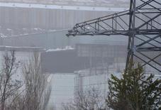 Vista do exterior parcialmente danificado da unidade número 4 da Usina Nuclear de Chernobyl. 13/02/2013 REUTERS/Stringer