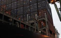 Operador trabalha perto de contêineres em navio de carga no porto de Santos, Brasil. A balança comercial brasileira registrou déficit de 741 milhões de dólares entre os dias 1o e 10 de fevereiro, informou nesta quarta-feira o Ministério do Desenvolvimento, Indústria e Comércio Exterior. 20/09/2012 REUTERS/Nacho Doce