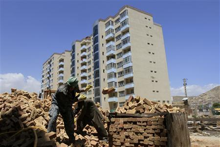 Men work at a construction site in Kabul May 19, 2012. REUTERS/Mohammad Ismail