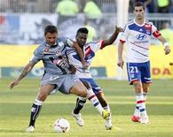 L'attaquant roumain de l'AC Ajaccio Adrian Mutu (à gauche) sera indisponible pendant au moins trois semaines en raison d'une déchirure du mollet gauche. /Photo prise le 16 septembre 2012/REUTERS/Robert Pratta