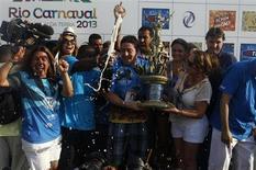 Integrantes da Vila Isabel comemoram vitória no Carnaval do Rio de Janeiro nesta quarta-feira. REUTERS/Pilar Olivares