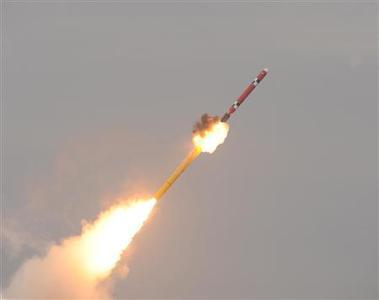 Un submarino de la armada de Corea del Sur lanza un misil de crucero indígena durante una perforación en un lugar no revelado en esta imagen liberada por la marina de guerra en Seúl 14 de febrero 2013.  REUTERS-Armada de Corea del Sur-Folleto