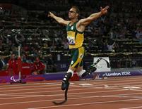 La estrella del atletismo paralímpico Oscar Pistorius está siendo interrogado por la policía sudafricana por matar de un disparo a su novia en su casa de Pretoria, informaron el jueves medios locales. En la imagen de archivo, Pistorius en los Juegos Paralímpicos de Londres, el 8 de septiembre de 2012. REUTERS/Eddie Keogh