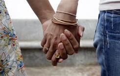 """Environ 200.000 personnes en France déclarent avoir un conjoint de même sexe et dans un cas sur dix vivre avec un enfant, selon une étude de l'Insee publiée jeudi, deux jours après l'adoption à l'Assemblée du projet de loi sur le """"mariage pour tous"""". /Photo d'archives/REUTERS/Jayanta Shaw"""