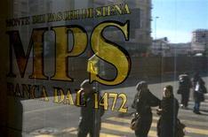 La policía italiana detuvo el jueves al ex responsable del departamento de finanzas de Monte dei Paschi, que está en el centro de un escándalo en una investigación por fraude y corrupción en el tercer mayor banco de Italia, dijeron dos fuentes de la investigación a Reuters. En la imagen, varias personas reflejadas en una ventana de Monte Dei Paschi en Roma el 29 de enero de 2013. REUTERS/Max Rossi