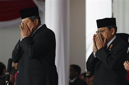 Indonesia's President Susilo Bambang Yudhoyono (L) and Vice President Boediono finish their prayers during a ceremony to mark the country's 65th Independence Day at the presidential palace in Jakarta August 17, 2010. REUTERS/Supri