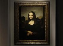 Los nuevos análisis de una pintura anunciada como la versión original de la Mona Lisa, el retrato del siglo XV realizado por Leonardo da Vinci, mostraron indicios de que es un trabajo del maestro italiano, según una fundación de arte con sede en Suiza. En la imagen, de archivo, la Mona Lisa presentada en Ginebra. REUTERS/Denis Balibouse