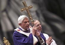 El papa Benedicto XVI dijo el jueves que se retirará al aislamiento y lejos de la atención pública después de su renuncia a fin de mes. En la imagen, el Papa asiste a la misa de miércoles de ceniza, y previsiblemente la última que diriga, en el Vaticano, el 13 de febrero de 2013. REUTERS/ Alessandro Bianchi
