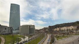 La eléctrica Iberdrola anunció el jueves un alza del 1,3 por ciento en su beneficio neto hasta 2.840,7 millones de euros en 2012. En la imagen, la sede de Ibedrola desde el museo Guggenheim de Bilbao, el 21 de febrero de 2012. REUTERS/Vincent West
