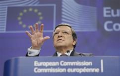 Los países de la zona euro dispondrán de más tiempo para cumplir sus objetivos de reducción de déficit si las perspectivas de crecimiento se deterioran, dijo a los ministros de finanzas el comisario de Asuntos Económicos y Monetarios de la Unión Europea. Imagen del presidente de la Comisión Europea, José Manuel Durao Barroso, en una rueda de prensa en la sede de la Comisión en Bruselas el 13 de febrero. REUTERS/François Lenoir