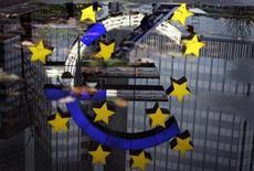 Рабочие, ремонтирующие символ валюты евро, отражаются в луже у здания ЕЦБ во Франкфурте-на-Майне 22 ноября 2004 года. Еврозона впала глубже в рецессию в четвертом квартале 2012 года, чему способствовало заметное сокращение крупнейших экономик блока Германии и Франции. REUTERS/Kai Pfaffenbach