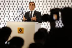 Le PDG de Renault, Carlos Ghosn. Le constructeur compte renouer cette année avec un bénéfice opérationnel dans l'automobile, ses 15 nouveaux modèles et la croissance à l'international devant permettre de contrer les incertitudes qui planent toujours sur le marché européen. /Photo prise le 14 février 2013/REUTERS/Charles Platiau