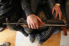مقاتل من الجيش السوري الحر يحمل سلاحه في حلب يوم الخميس. تصوير: مظفر سلمان - رويترز
