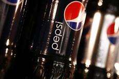 Бутылки Pepsi на встречи компании PepsiCo с инвесторами в Нью-Йорке 22 марта 2010. Прибыль PepsiCo Inc выросла в четвертом квартале 2012 года благодаря росту объемов продаж и увеличению цен, сообщила компания. REUTERS/Mike Segar
