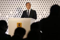 Carlos Ghosn, le PDG de Renault, est prêt à faire un geste symbolique sur son salaire si les syndicats signent l'accord de compétitivité qui leur est proposé. /Photo prise le 14 février 2013/REUTERS/Charles Platiau