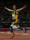 Оскар Писториус из ЮАР побеждает в забеге на 400 метров на стадионе в Лондоне на Параолимпийских играх-2012 8 сентября. Южноафриканскому легкоатлету, звезде Олимпийских и Паралимпийских игр Оскару Писториусу в четверг предъявлены обвинения в убийстве подруги в его собственном доме в Претории. REUTERS/Eddie Keogh