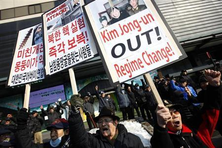 Activists from an anti-North Korea civic group chant slogans during a rally against North Korea's nuclear test, near the U.S. embassy in central Seoul February 13, 2013. REUTERS/Kim Hong-Ji (SOUTH KOREA - Tags: CIVIL UNREST POLITICS) - RTR3DQ09