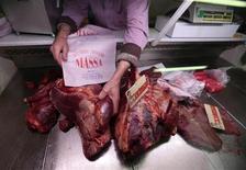La Agencia británica de Estándares de los Alimentos (FSA, por sus siglas en inglés) dijo que seis caballos sacrificados en Reino Unido que dieron positivo por el fármaco fenilbutazona fueron exportados a Francia y podrían haber entrado en la cadena alimentaria humana. Imagen del 14 de febrero de un carnicero francés colocando carne de caballo en su carnicería en el casco antiguo de la ciudad de Niza, en el sur del país. REUTERS/Eric Gaillard