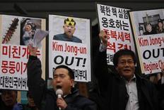 Ativistas sul-coreanos protestam contra a Coreia do Norte, em Seul. A Coreia do Sul disse nesta quinta-feira que pode bombardear a vizinha Coreia do Norte caso se sinta na iminência de sofrer um ataque, e mobilizou um novo tipo de míssil de alta precisão, dois dias depois de um teste de bomba atômica feito pela terceira vez pelo Norte, desafiando as proibições da ONU. 12/02/2013 REUTERS/Kim Hong-Ji