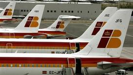 """Самолеты авиакомпании Iberia в аэропорту """"Барахас"""" в Мадриде 22 мая 2007 года. Главный авиаперевозчик Испании Iberia отменит 40 процентов рейсов в период 18-22 февраля, когда работники компании выйдут на забастовку, протестуя против сокращений. REUTERS/Sergio Perez/Files"""